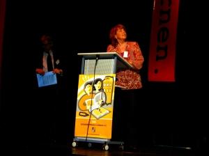 Konrektorin Barbara Busch erläutert die Präsentation der Aue-Schule