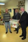 Von links: Gewinner Harald Bernd vom Burggymnasium Friedberg, LAG-Vorsitzender Brée und Schulbibliotheksreferent Sommer