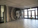 Eingangshalle der Clemens-Brentano-Schule in Lollar: Fotowand mit Portäts von Abgangsschülern