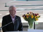 Der Ehrenvorsitzende Günter K. Schlamp gibt den Schulbibliothekswettbewerb 2013 bekannt.